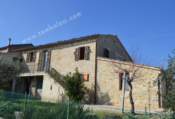 Rustico / Casale in vendita a Arcevia, 6 locali, prezzo € 250.000 | CambioCasa.it