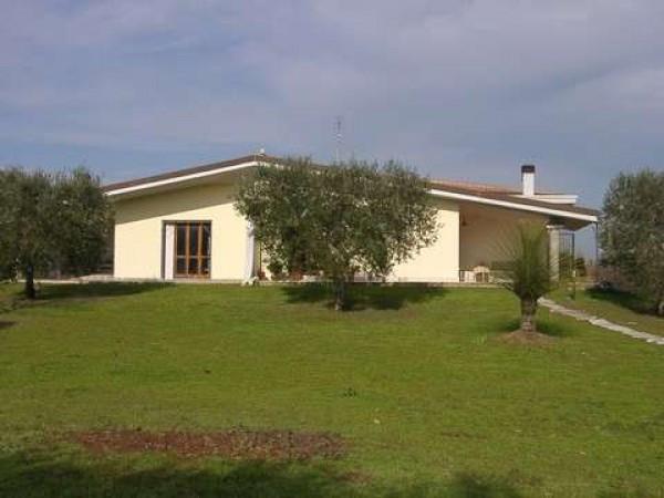 Villa in vendita a Latina, 4 locali, prezzo € 350.000 | Cambio Casa.it