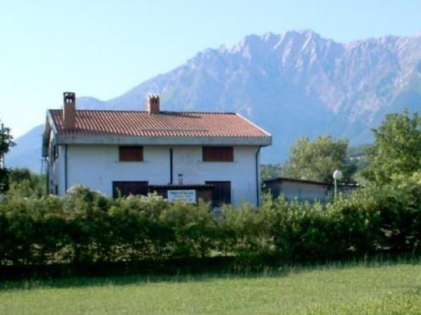 Villa in vendita a Isola del Gran Sasso d'Italia, 6 locali, prezzo € 162.000 | Cambio Casa.it