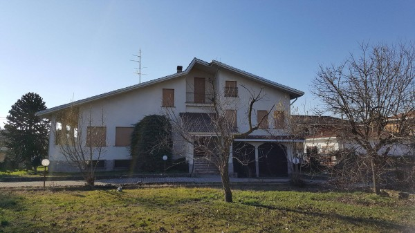 Villa in Vendita a Oleggio: 4 locali, 560 mq