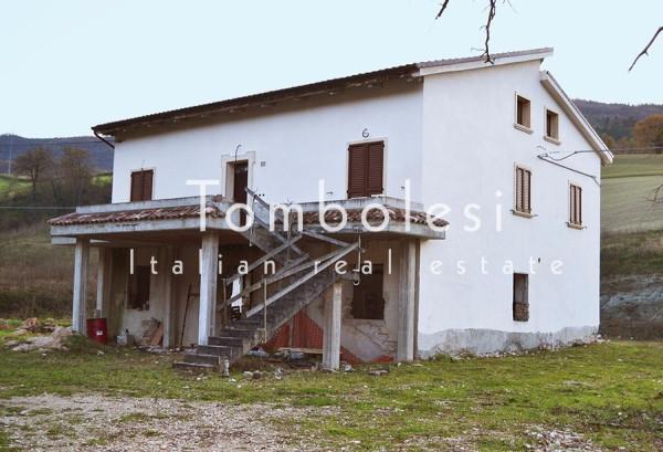 Villa in vendita a Acqualagna, 6 locali, prezzo € 235.000 | CambioCasa.it
