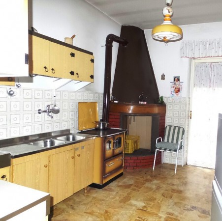 Appartamento in vendita a Caprarola, 5 locali, prezzo € 130.000 | Cambio Casa.it