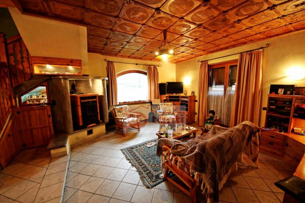 Villa in vendita a Mese, 6 locali, prezzo € 350.000   CambioCasa.it