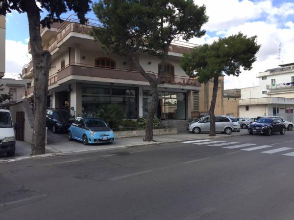 Negozio-locale in Affitto a Lecce Periferia Ovest: 2 locali, 200 mq