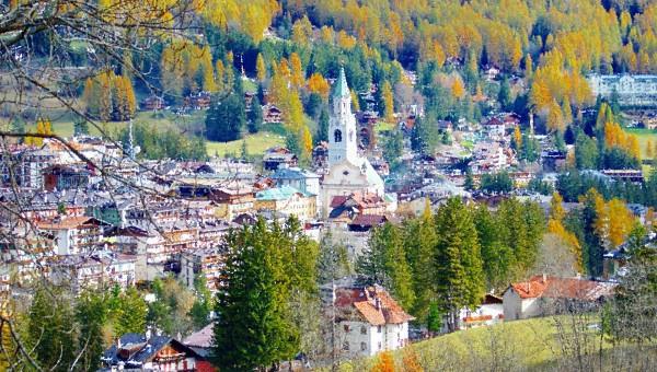 Cortina d'Ampezzo - Negozio commerciale di circa 50 mq su via centrale, ben esposto, ampia vetrina. Rif. 4523564
